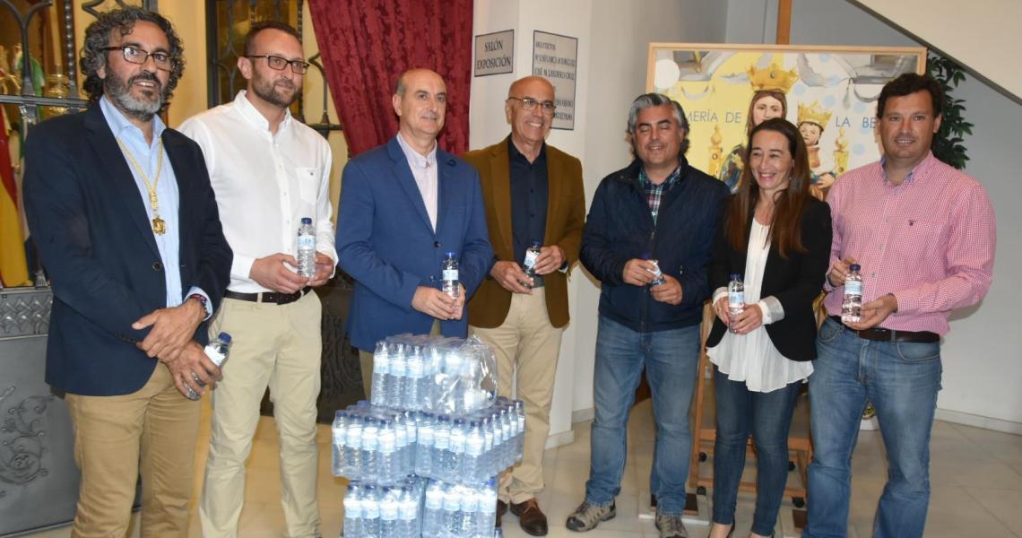 Aqualia entrega más de 4.000 botellas de agua que se repartirán durante la Romería de la Bella 2017