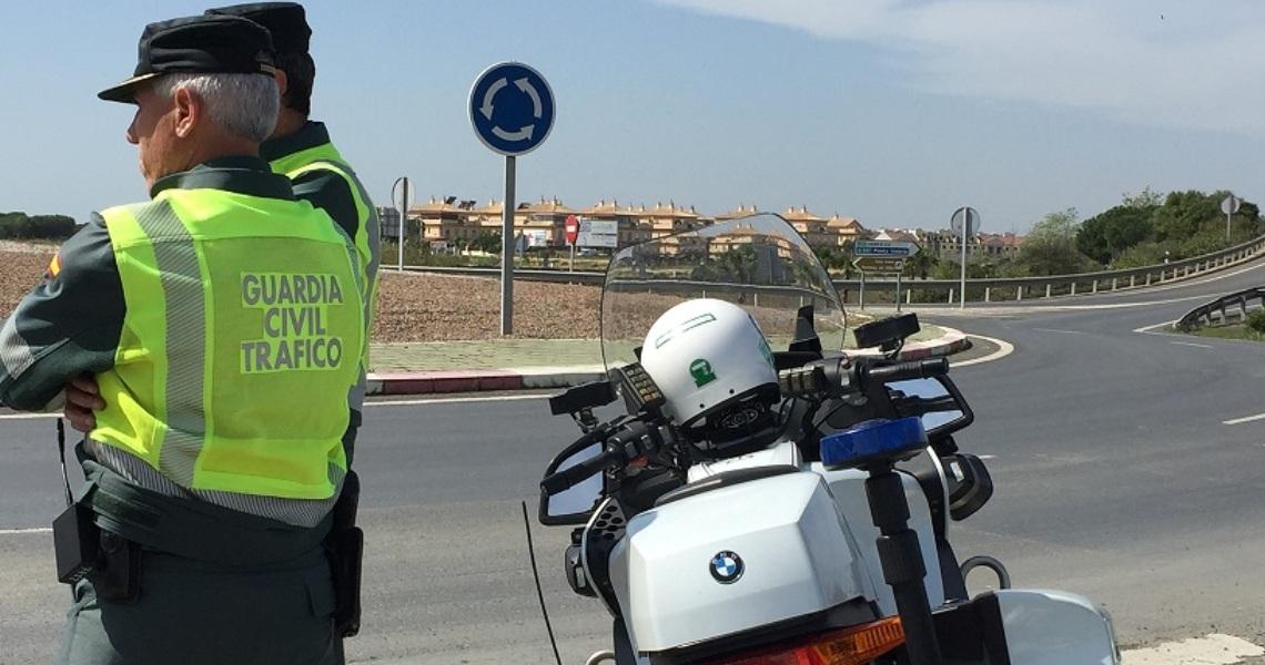 La Guardia Civil interviene en una concentración de vehículos, mientras realizaban competiciones de velocidad, en un polígono industrial de Lepe