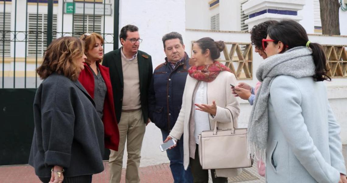 El presidente del PP de Huelva, Manuel Andrés González, analiza en Cartaya la situación de los comedores escolares