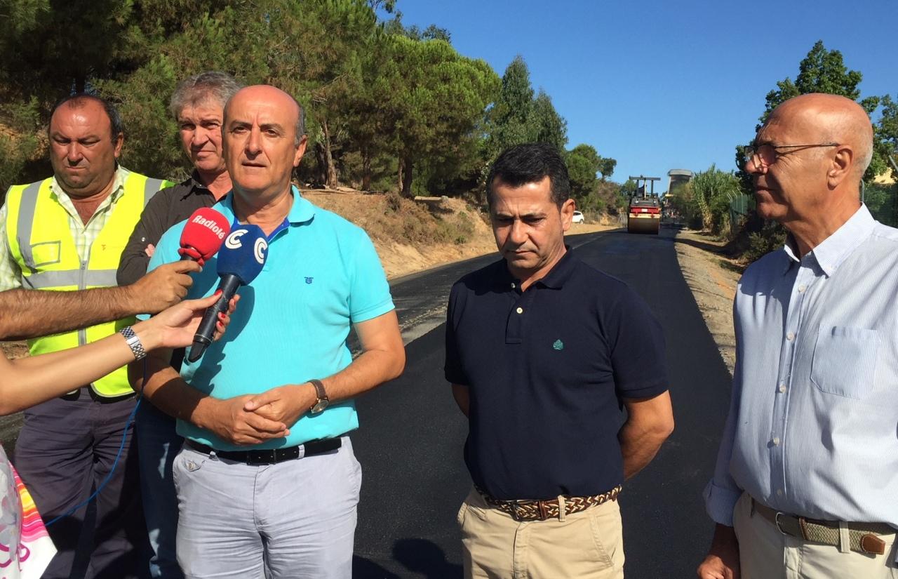 """El Alcalde de Lepe visita las obras de mejora del camino rural de """"El Silbao"""""""