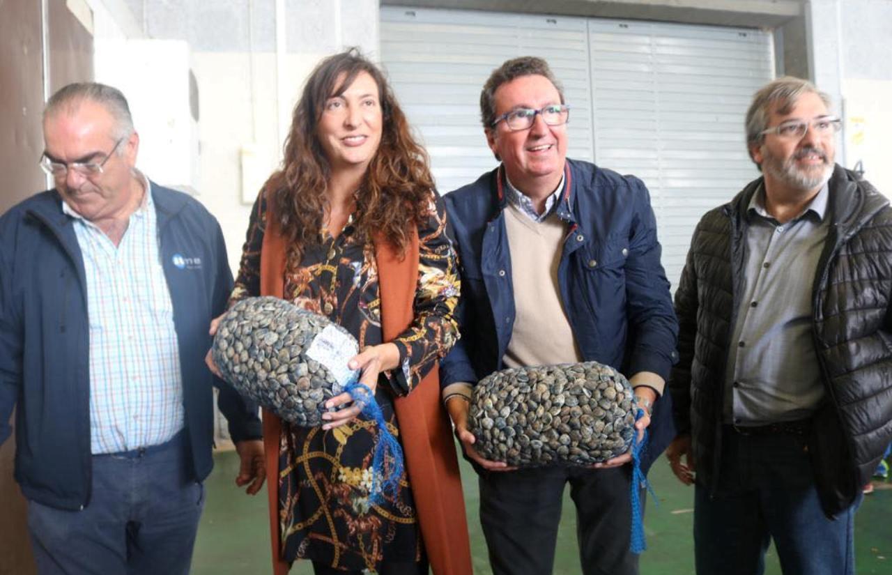 Loles López muestra en Isla Cristina el apoyo del PP Andaluz al sector de la chirla