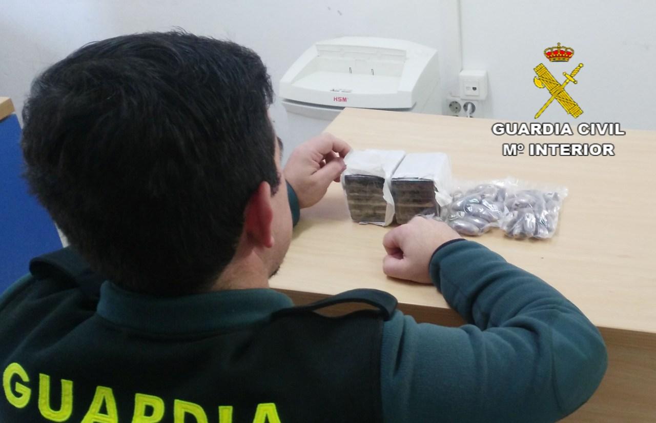 La Guardia Civil detiene a un varón por tráfico de drogas