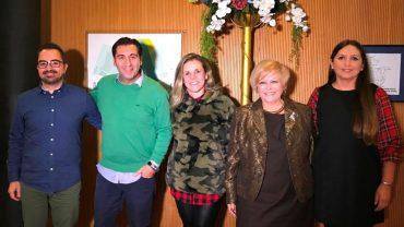Alcaldesa con los premiados y representantes de las asociaciones carnavaleras