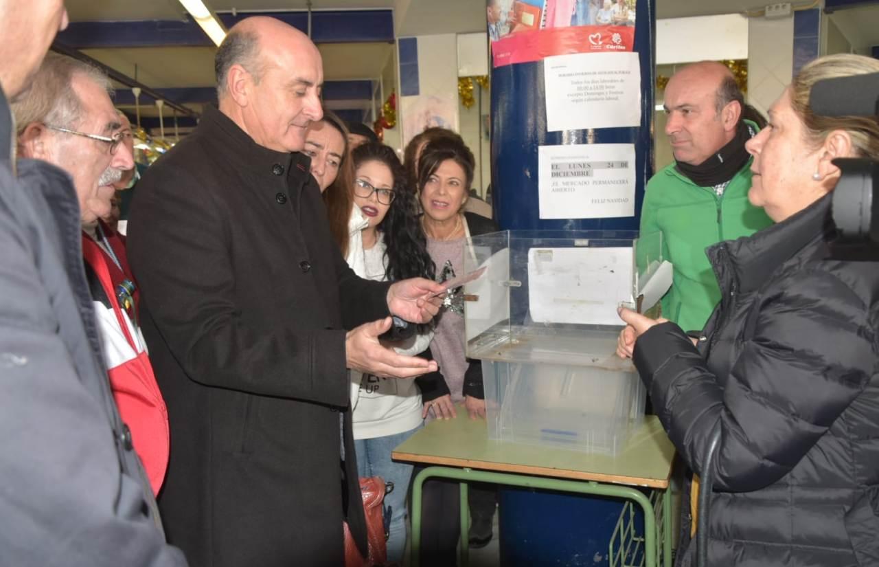 Ayuntamiento y Comerciantes del Mercado de Abastos celebran el sorteo de la Cesta de Navidad