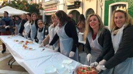 Alcaldesa, concejales y voluntarios repartieron los roscones