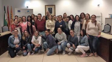 Montserrat Márquez, Teresa Borrero, Juan Vázquez y Laura Picahrdo, acompañados por algunas de las alumnas del curso