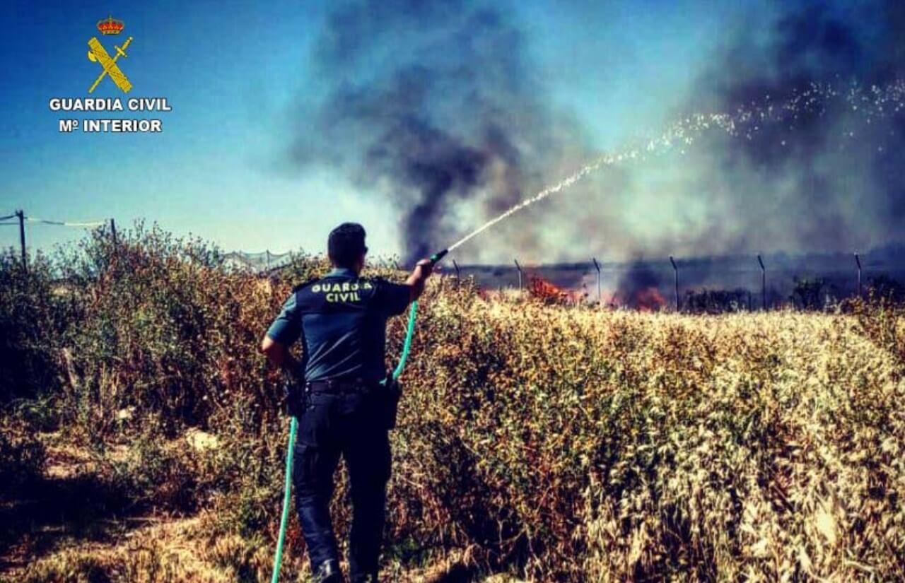 La Guardia Civil rescata a una anciana durante un incendio en una finca de Gibraleón