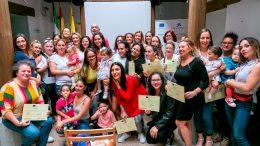 Las participantes del curso junto a la Concejala de Sevicios Sociales y miembros de la organización de los cursos