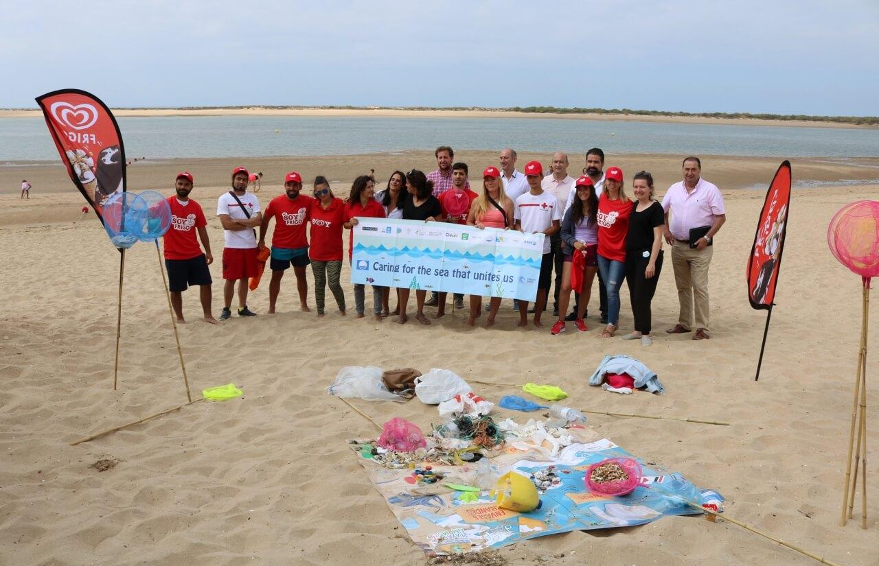 El proyecto de concienciación 'Playas Limpias' arranca en el Caño de la Culata