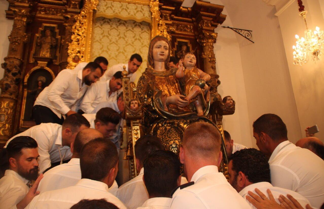 La Virgen Bella en el altar mayor para presidir las fiestas patronales