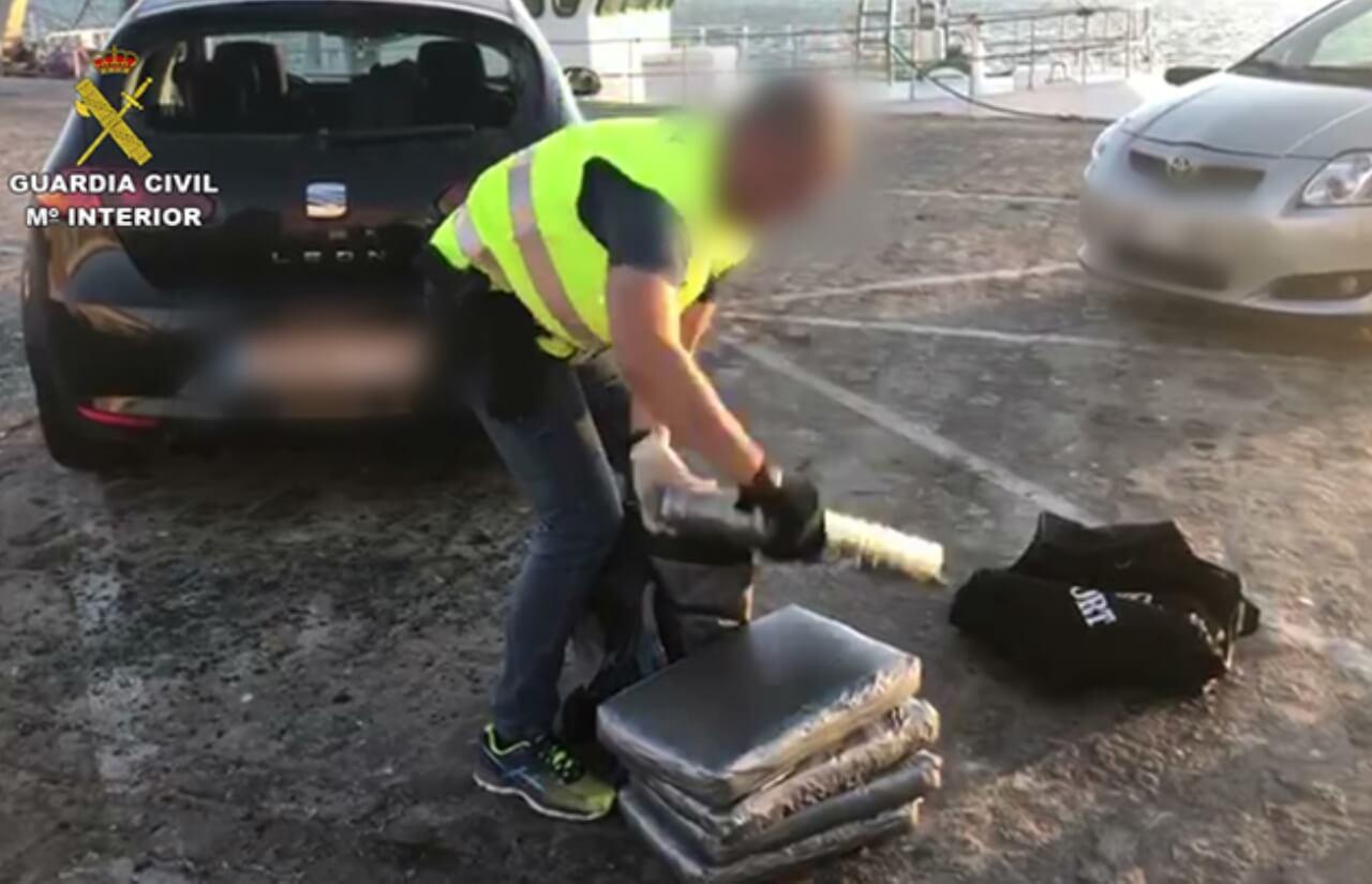 La Guardia Civil interviene 159 kg. de polen de hachís ocultos en dos vehículos en el puerto de Huelva