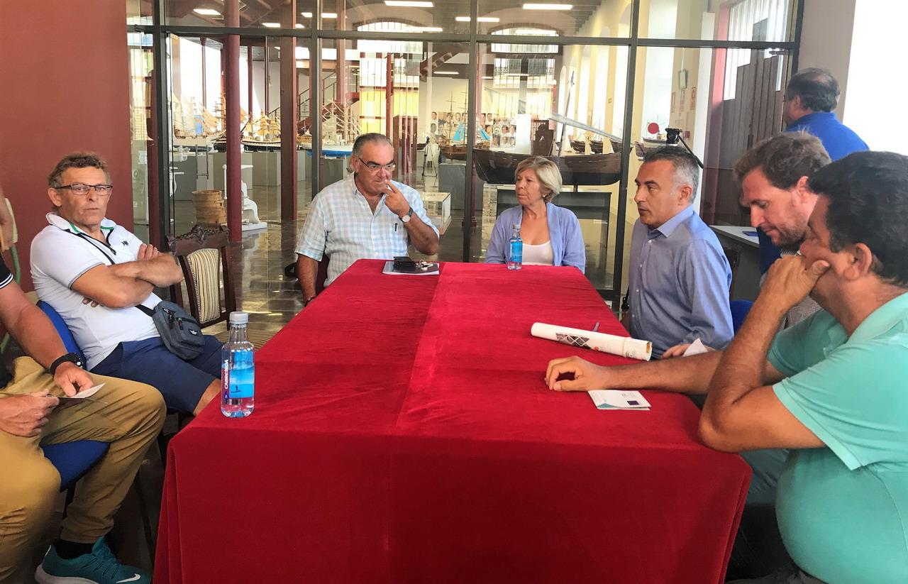 El Alcalde de Isla Cristina atiende la llamada del sector sobre el alga invasora asiática