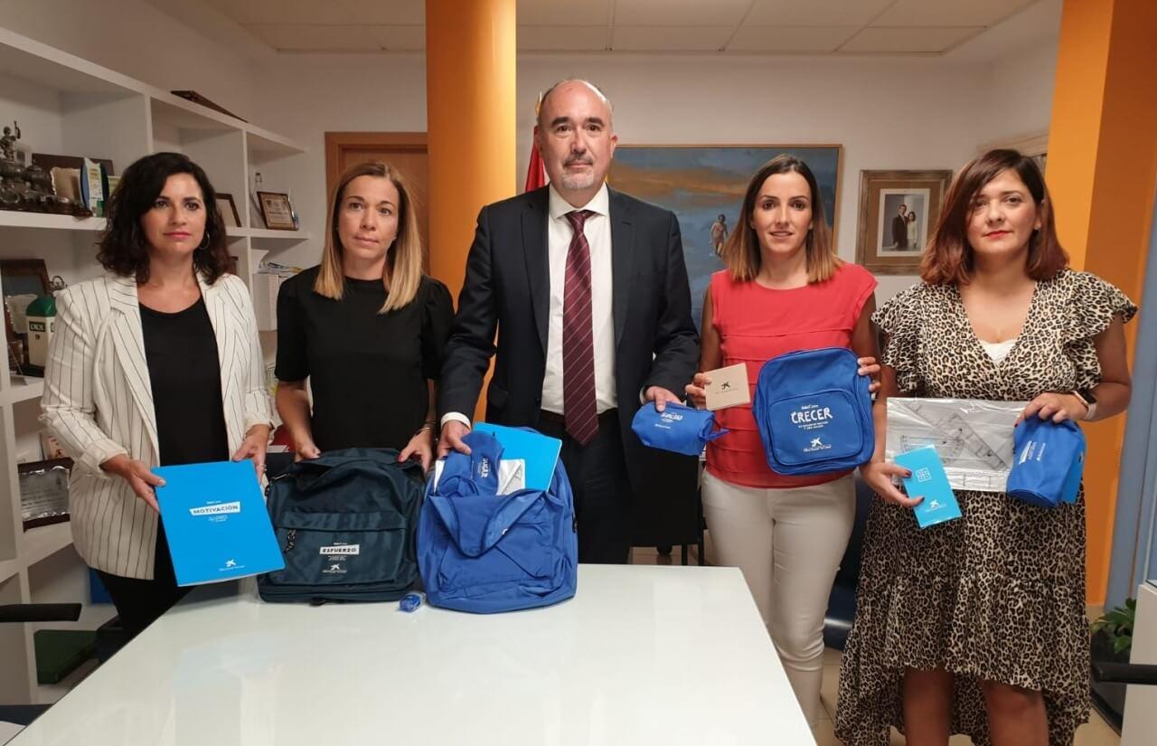 El Ayuntamiento de Isla Cristina recepciona el material cedido por La Caixa para escolares desfavorecidos