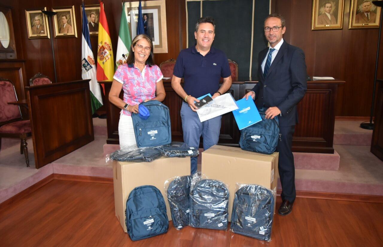 El Ayuntamiento de Lepe acoge el acto de entrega de 264 lotes escolares de la Obra Social «La Caixa»