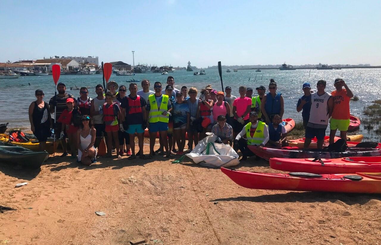 Medio centenar de voluntarios en kayaks limpian de plásticos y residuos las marismas de Isla Cristina