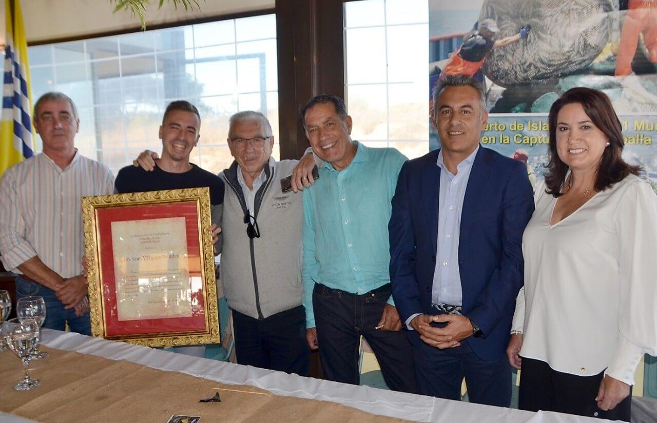 El presidente de USISA, Juan Vázquez Méndez recibe un homenaje de «Los Caballeros del Mar»