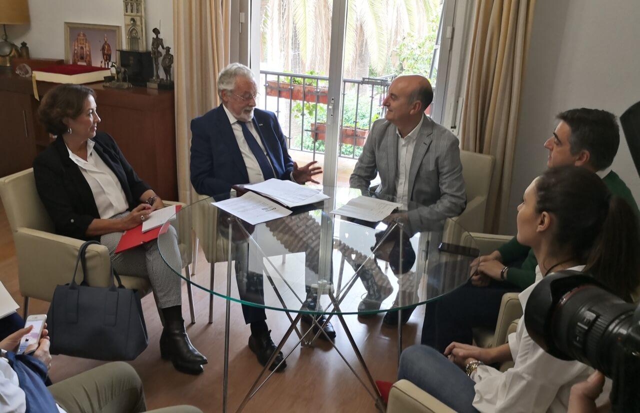 Alcalde y Defensor del Pueblo Andaluz mantienen un encuentro para abordar la reubicación de los inmigrantes afectados por el incendio