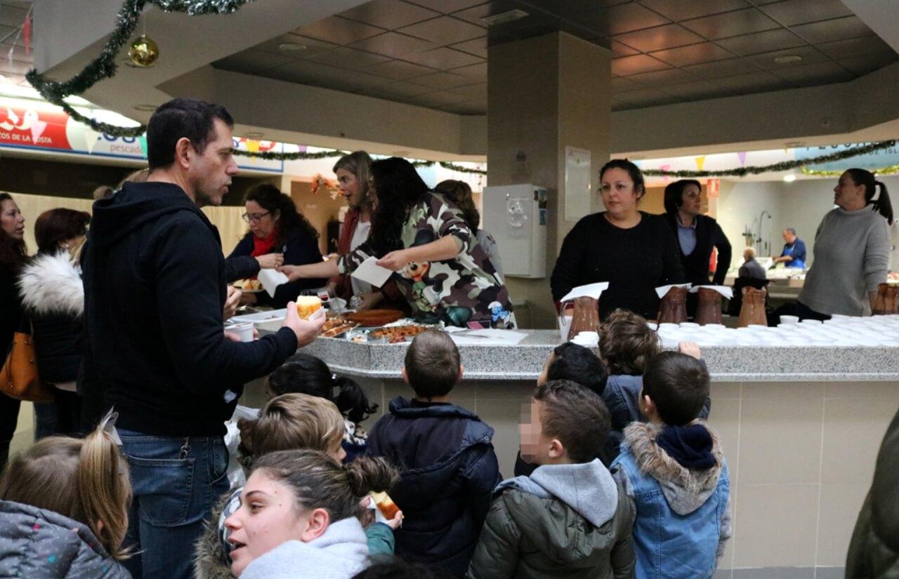 La Campaña de Navidad llega al Mercado de Abastos con chocolatadas para los escolares