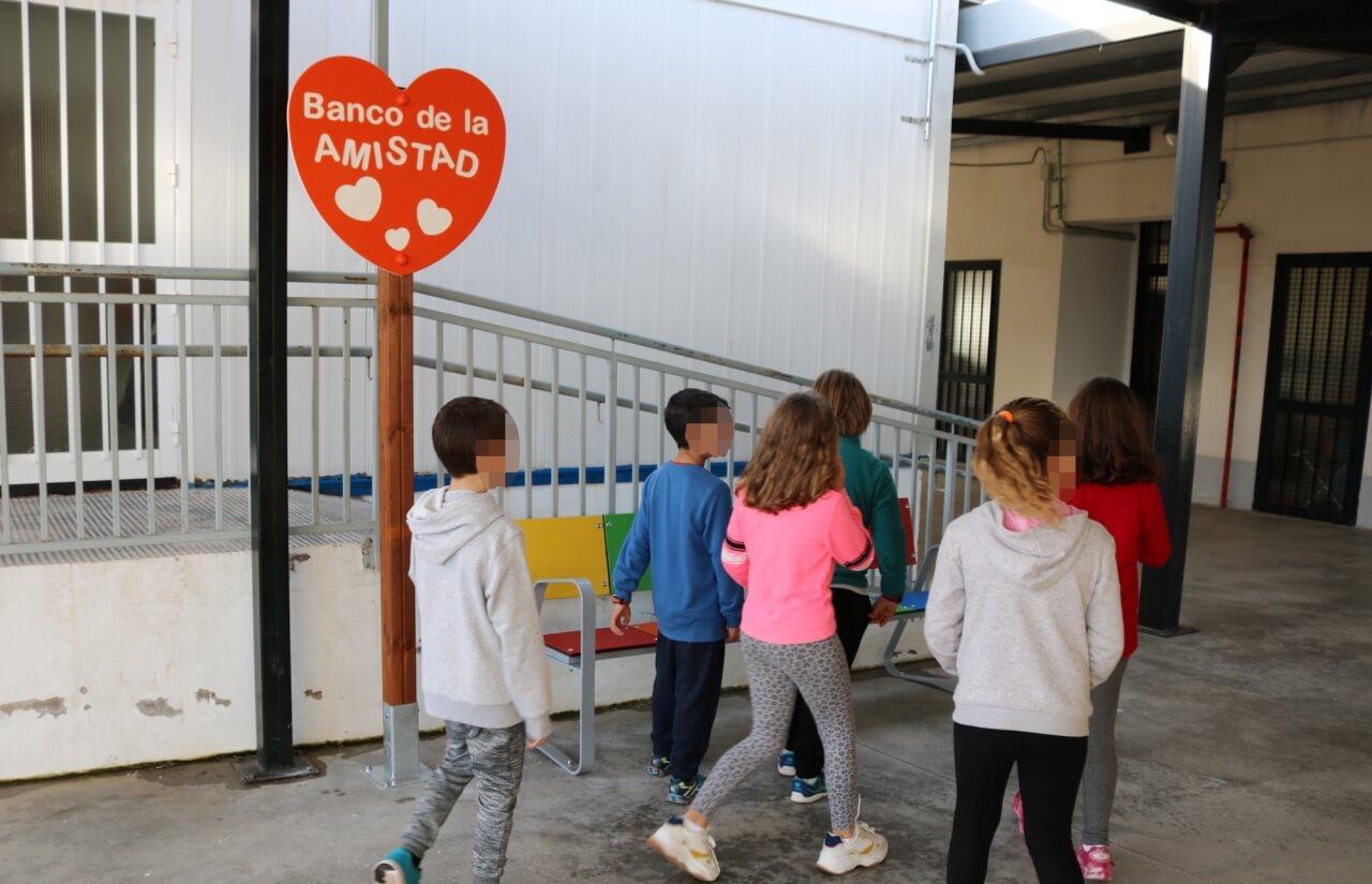 Los colegios cartayeros estrenan su 'Banco de la Amistad', contra el acoso escolar