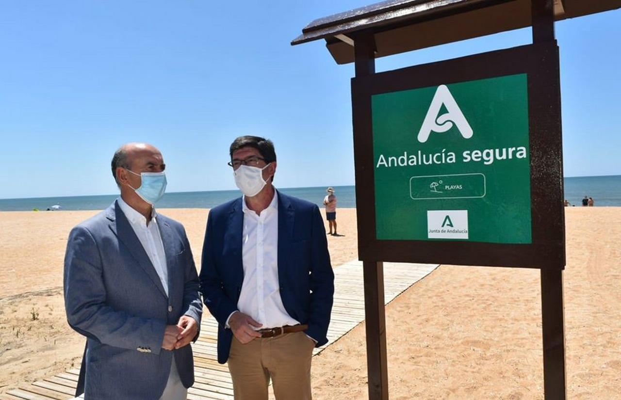 La Antilla se convierte en la primera playa en lucir el distintivo «Andalucía Segura» otorgado por la Consejería de Turismo de la Junta de Andalucía