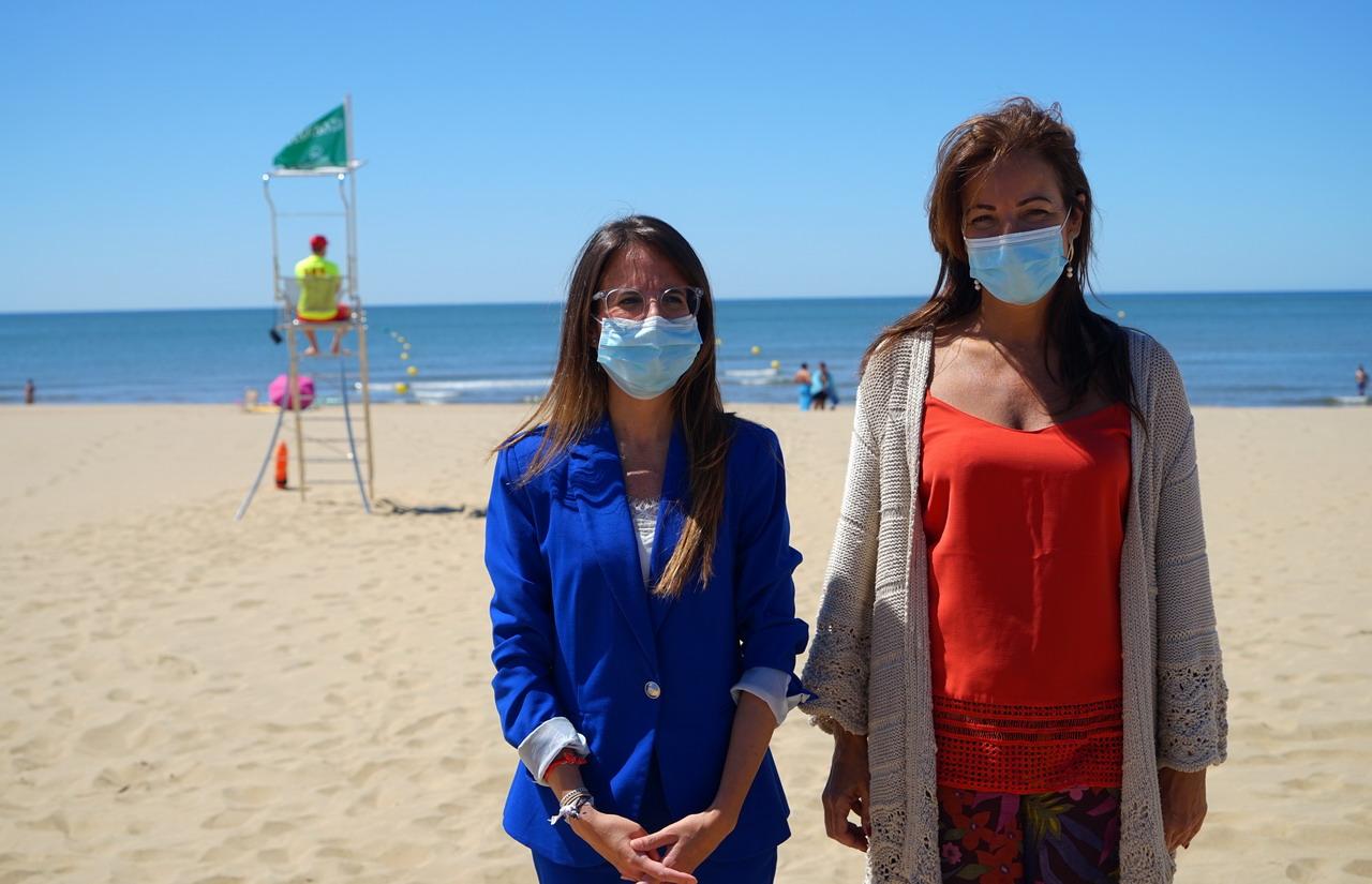 Natalia Santos y María de los Ángeles Muriel visitan las playas ayamontinas