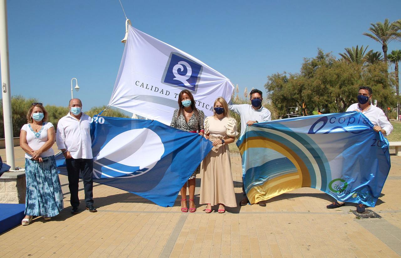 Islantilla exhibe sus distintivos Q de Calidad Turística, Bandera Azul y Bandera Ecoplayas en el Paseo Marítimo