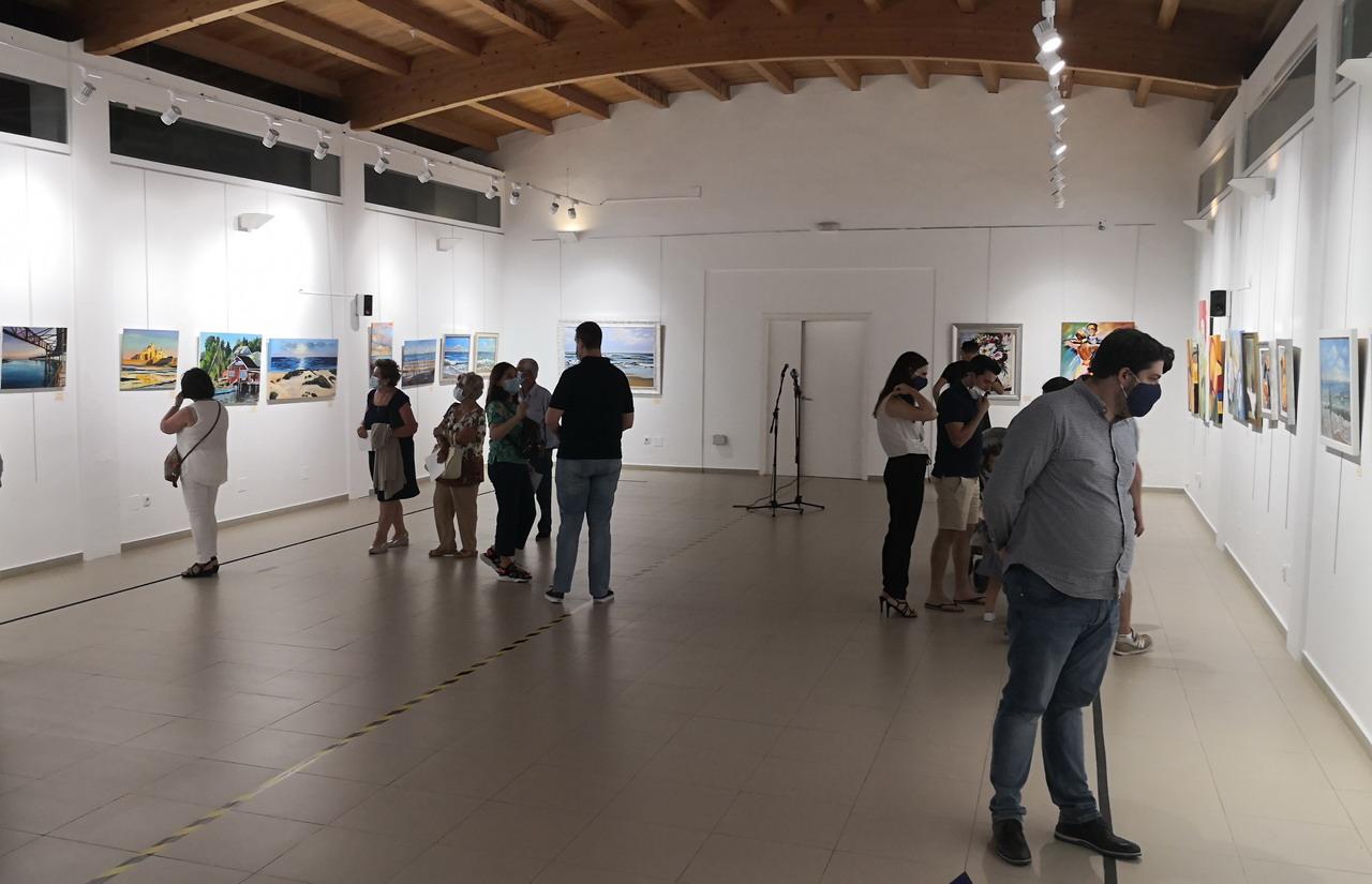 Las obras de los alumnos y alumnas del Taller de Pintura de Lepe inauguran la temporada cultural de verano en el Centro «Los Álamos» de La Antilla
