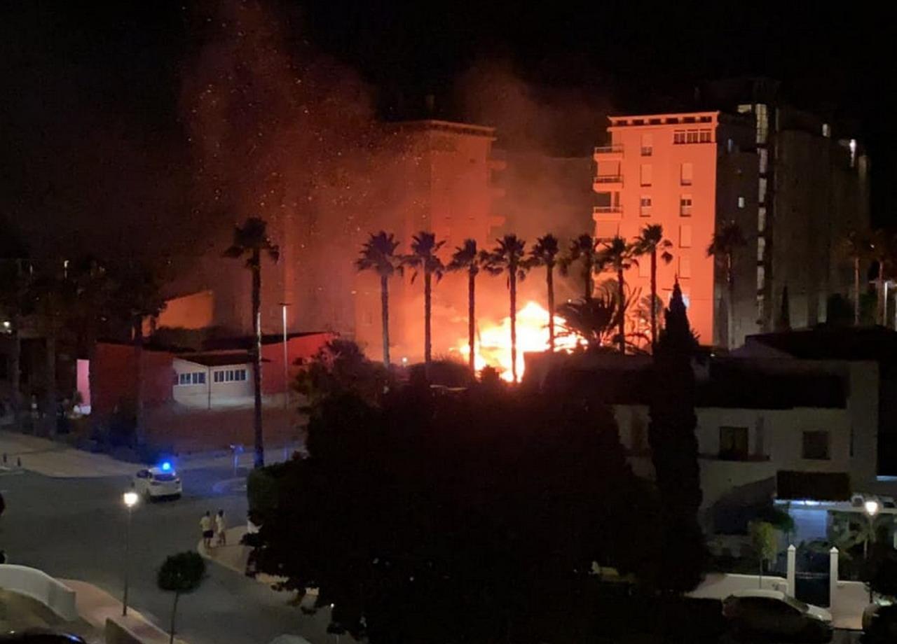 Un incendio arrasa un chiringuito en La Antilla
