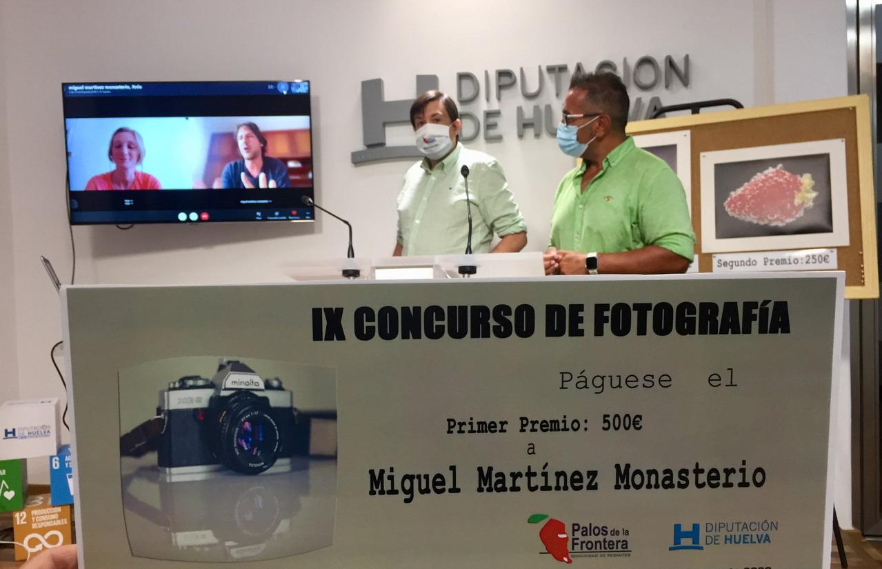 Miguel Martínez y a Anna Ladygin ganadores de la IX edición del concurso de fotografia sobre 'El Agua y los frutos rojos'