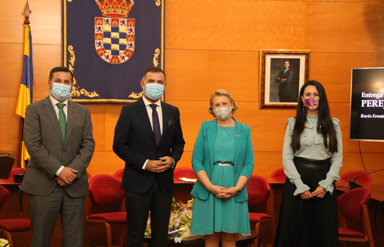 Rocío Fernández Berrocal recibe el Perejil de Plata en el 64 aniversario de la concesión del Nobel a Juan Ramón Jiménez