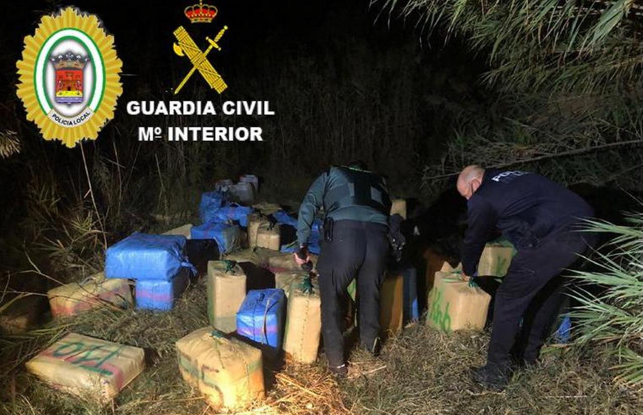 La Guardia Civil interviene una gran cantidad de fardos de hachís en una finca de Lepe