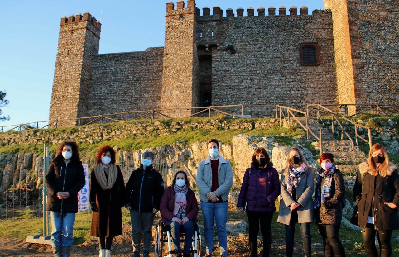 La presidenta de la Diputación visita las obras que se están ejecutando en el Castillo de Cortegana