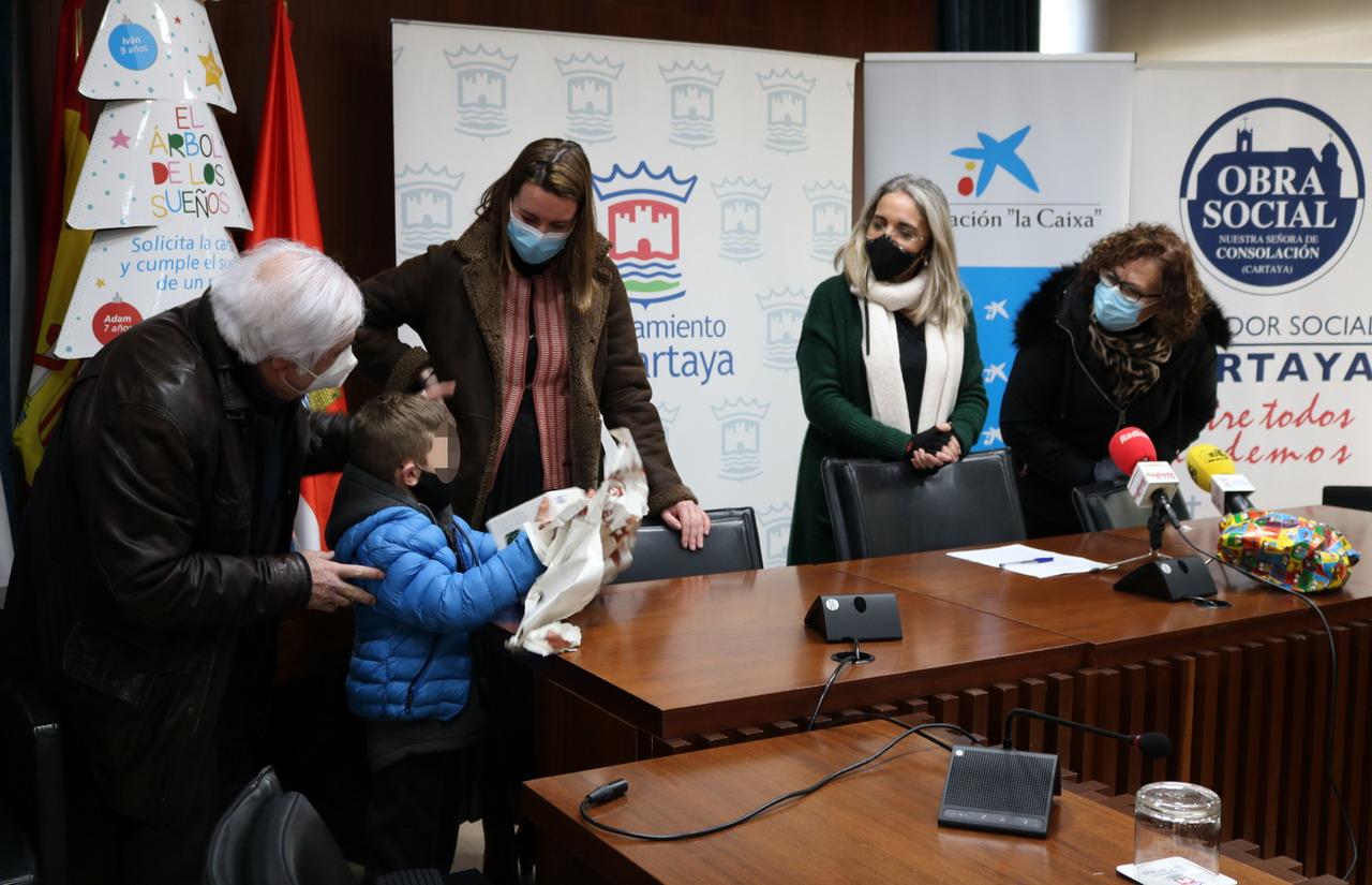 Diez niños y niñas cartayeros reciben sus regalos de reyes gracias a la Fundación 'La Caixa' y la colaboración del Ayuntamiento y el Comedor Social