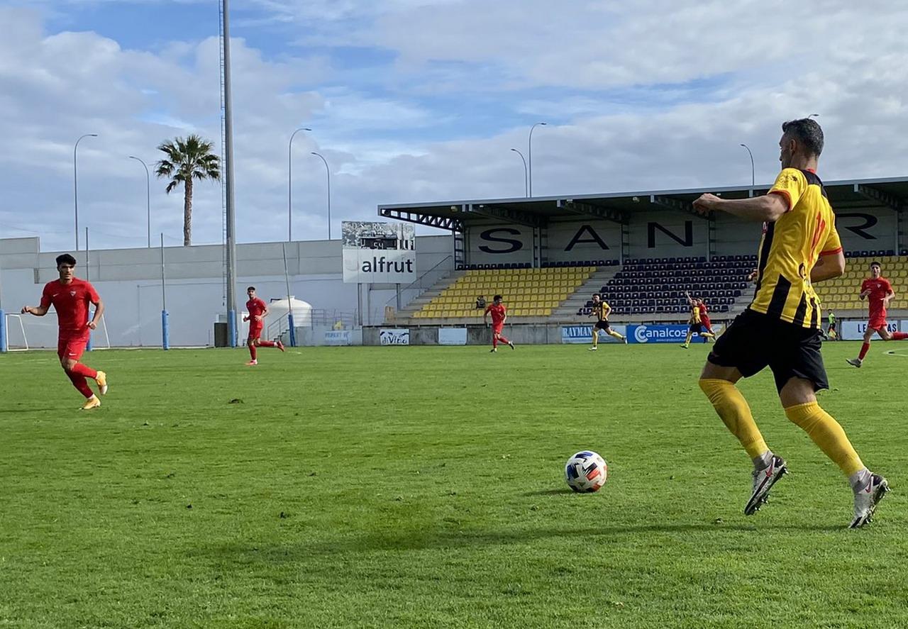 Un penalti materializado por Abeledo deja un punto ante el Sevilla «C» que sabe a gloria