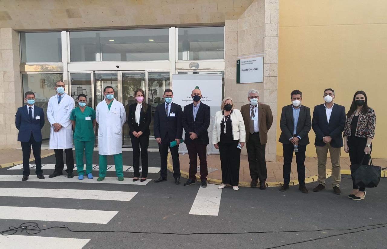 La delegada del Gobierno descubre una placa en el Hospital Virgen de la Bella de Lepe