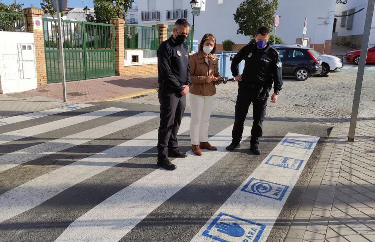 El Ayuntamiento de Lepe hace accesible cognitivamente los pasos de peatones para niños y niñas con trastorno del espectro autista