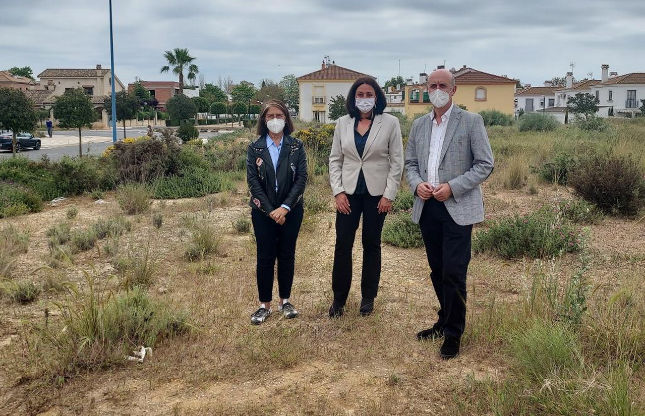 El Alcalde de Lepe y la Delegada de Educación visitan la parcela cedida para la construcción del nuevo Instituto de Educación Secundaria de la localidad