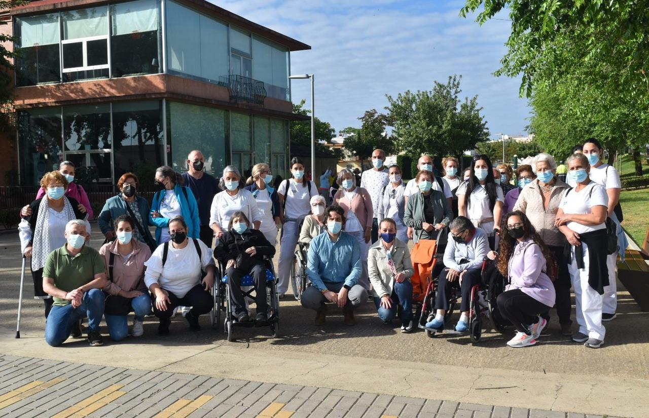 Los usuarios y usuarias del grupo ADL han disfrutado de una jornada de senderismo por la Vía Verde