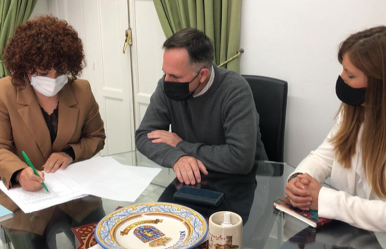 Mª Eugenia Limón trata con alcaldes de la comarca serrana asuntos como el despoblamiento o la dinamización turística