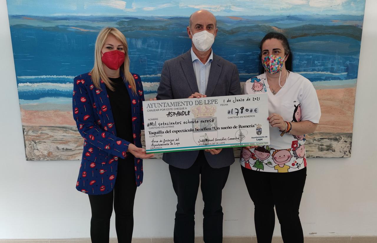 El Alcalde entrega a Aspandle la recaudación del espectáculo solidario «Un sueño de romería»