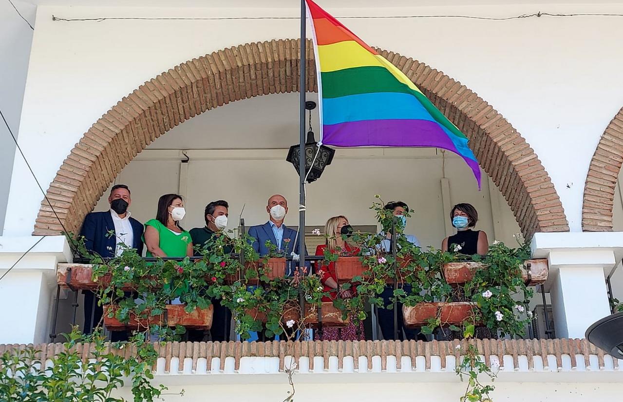 El Ayuntamiento de Lepe celebra el Día Internacional del Orgullo LGTBIQ+ con la izada de la bandera multicolor y la lectura de la declaración institucional en defensa de los derechos del colectivo
