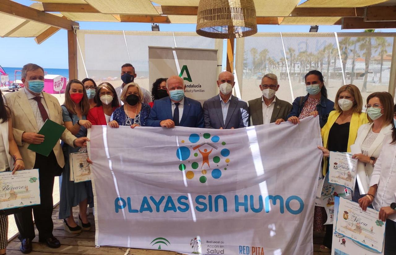 La Antilla recibe la acreditación de playa sin humo de manos del Consejero de Salud y Familias de la Junta de Andalucía
