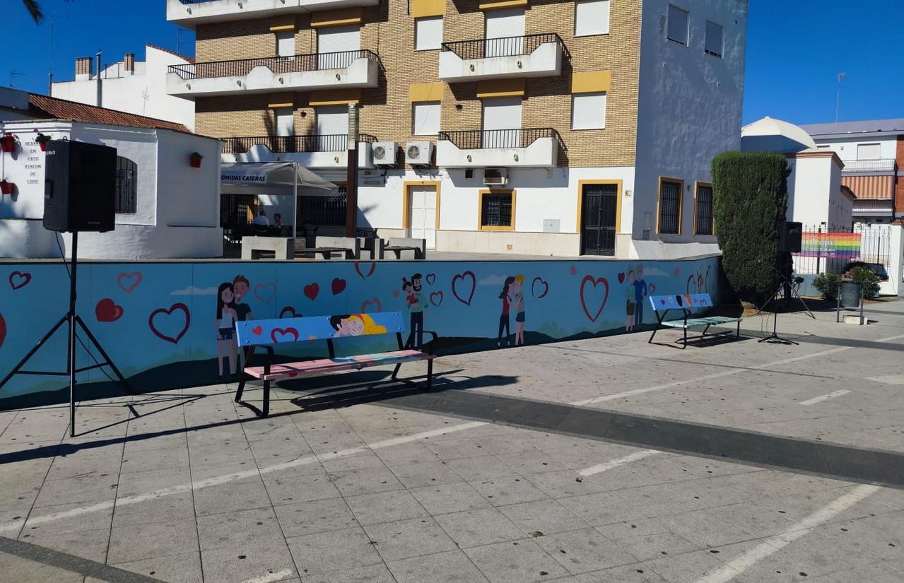 Los bancos y muros junto al Rincón del Beso estrenan nueva decoración