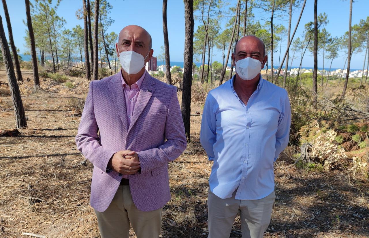 El Alcalde de Lepe visita los trabajos de clareado de masa forestal y limpieza de matorral seco en Pinares de Lepe para prevenir incendios