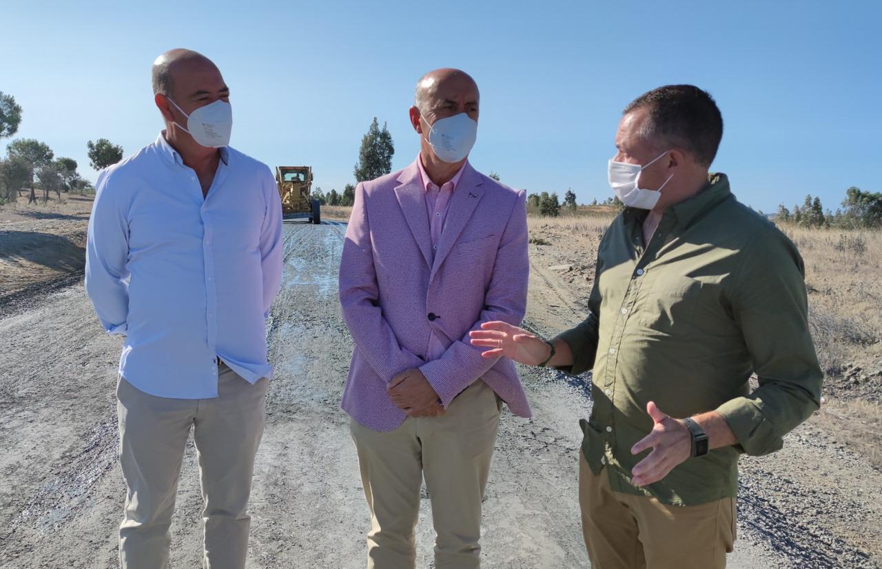 El Alcalde de Lepe y el Delegado de Desarrollo Sostenible en Huelva visitan los trabajos de mejora del firme acometidos en el camino del Águila