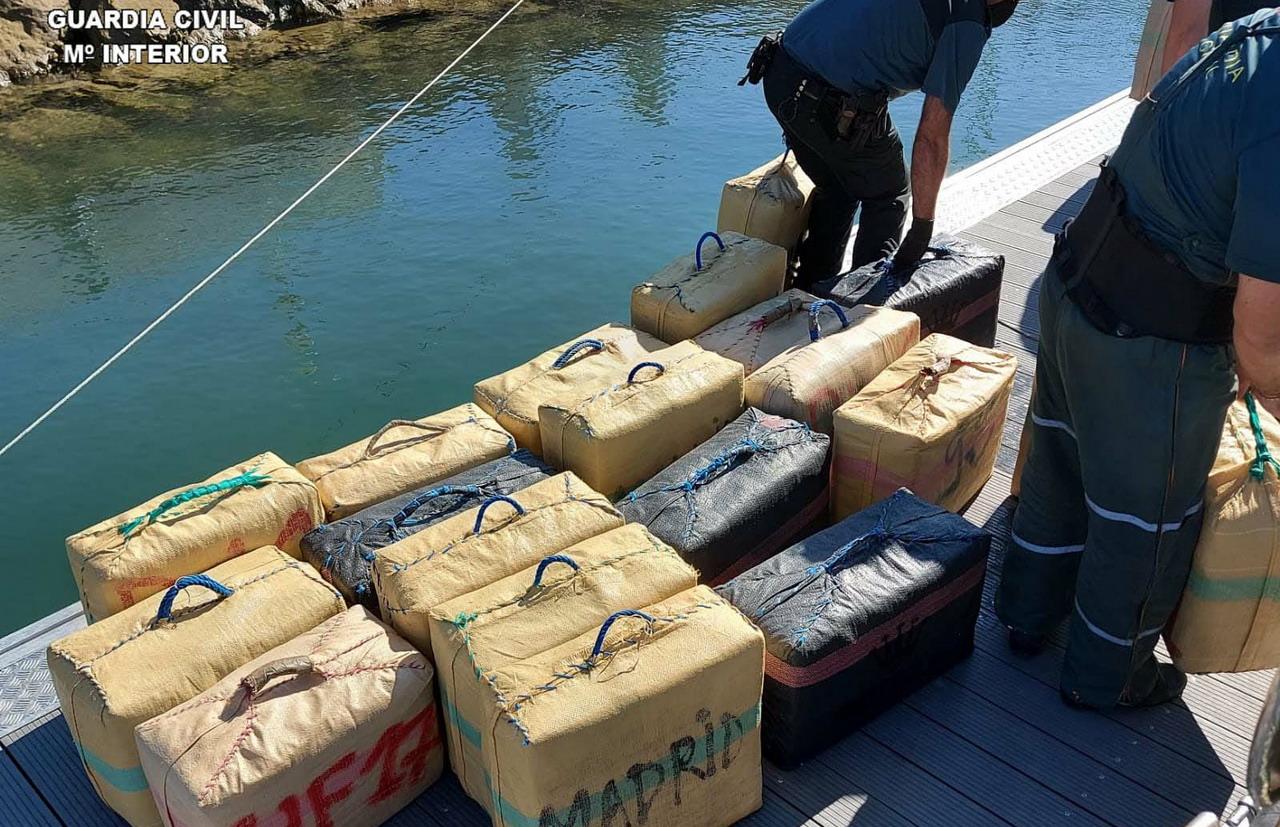 Intervenidos 25 fardos de hachís en una embarcación en el río Carreras de Isla Cristina