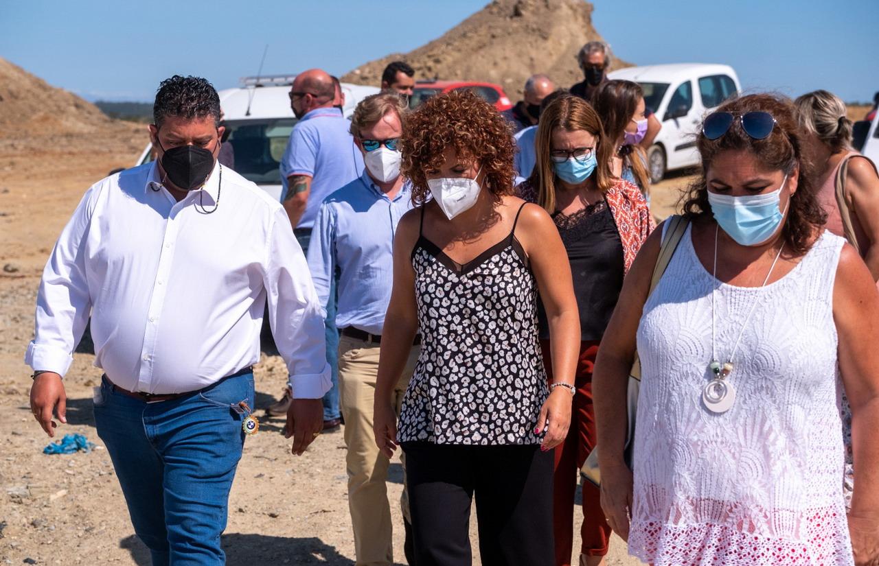 M.ª Eugenia Limón visita la planta de reciclaje de residuos de Villarrasa donde el incendio se quedó a las puertas