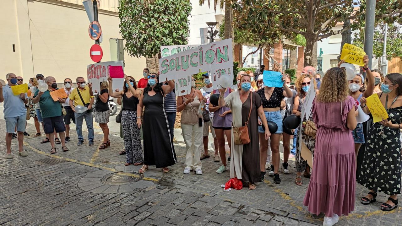 Vecinos de la Urbanización «Pinares de Lepe» se concentran frente al Ayuntamiento de la ciudad lepera.