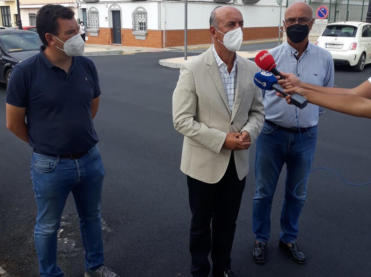 El Alcalde visita las obras de asfaltado de la calle César Barrios y la avenida de Huelva
