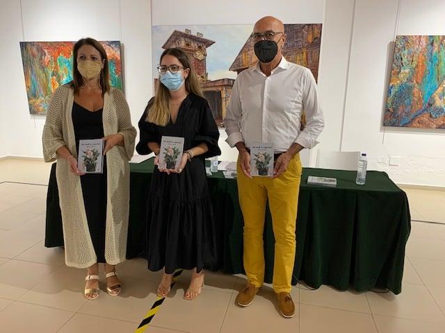 La joven periodista lepera Bella Oria presentó el pasado viernes en el Centro Cultural «Los Álamos» de La Antilla su primer poemario, que lleva por título «Todo cuanto me inspira(s)»